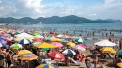 Praia lotada e turistas mais dispostos a gastar com produtos e serviços do comércio local.